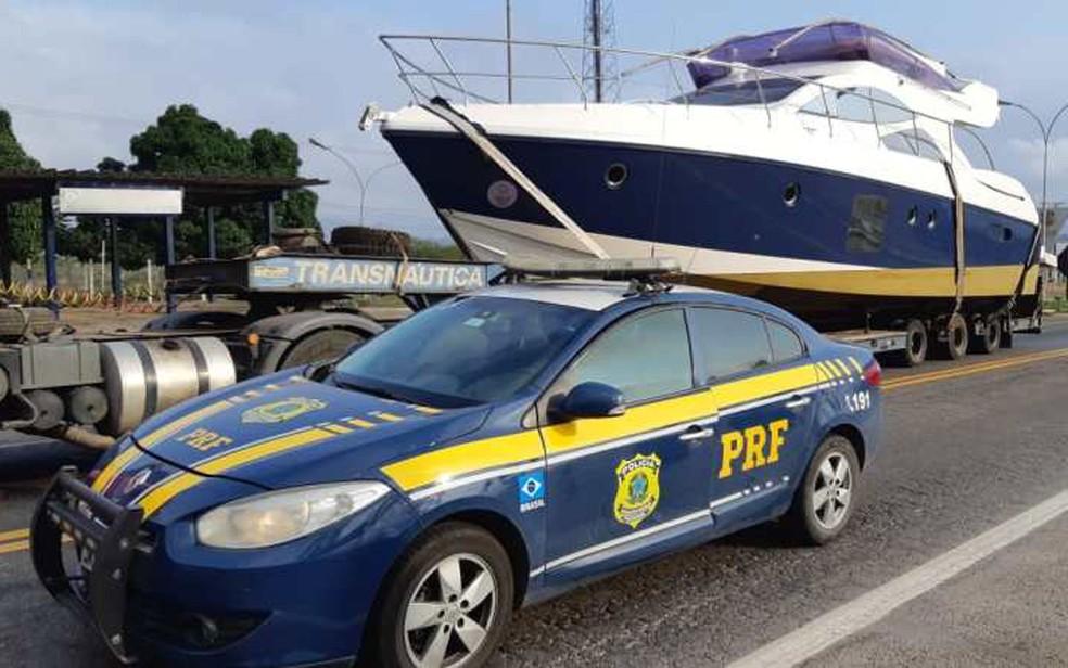 Primeiro barco de luxo transportado de forma irregular em caminhão na BR 116, em Milagres, foi apreendido no dia 20 de outubro — Foto: Divulgação/PRF