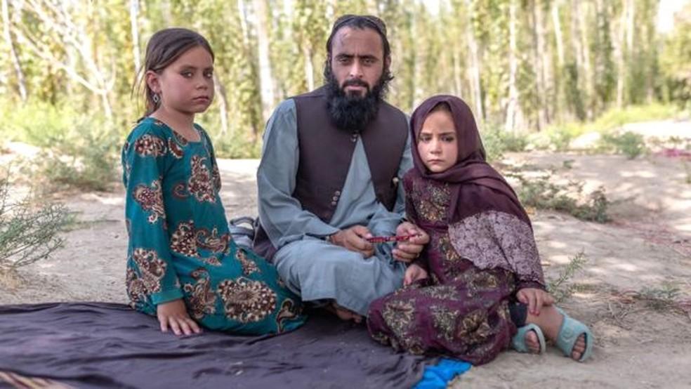 Qari Sayed Muhammed com suas filhas — Foto: BBC