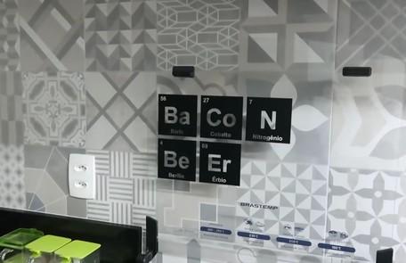 Detalhe da decoração da cozinha: os elementos químicos formam as palavras bacon e beer (cerveja em inglês) Reprodução