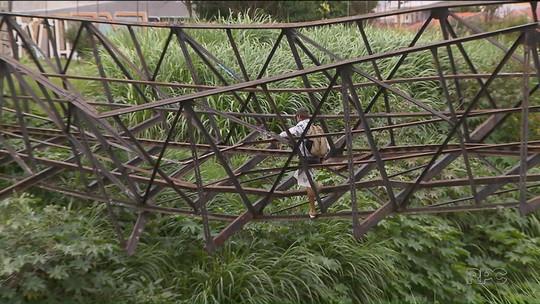 Moradores se arriscam em sobras de ponte que pode cair para atravessar córrego em Curitiba