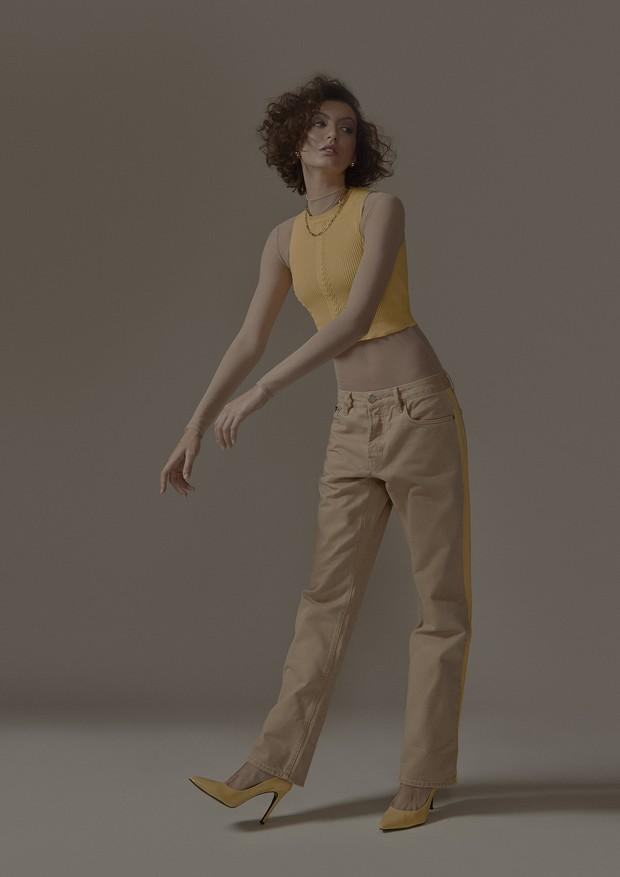 Cropped, Calvin Klein; Body tule, Nk Store; Calça, Calvin Klein; Escarpim, Calvin Klein; Joias, Beatriz Wereber  (Foto: Léo Fagherazzi)