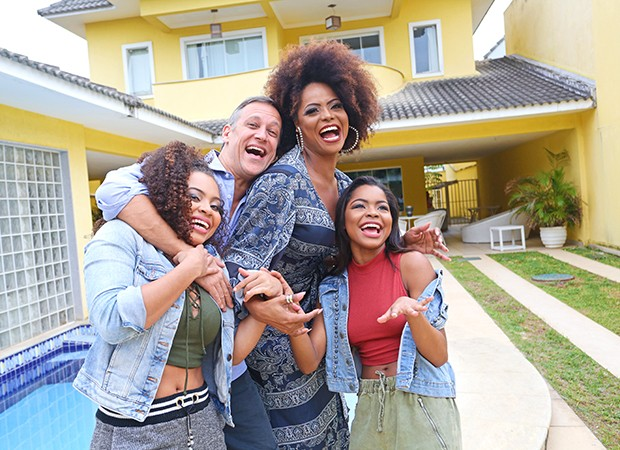Adriana Bombom com o noivo, Adrien Cunha, e as filhas, Olivia (esquerda) e Thalita (direita) (Foto: Reginaldo Teixeira / Ed. Globo)