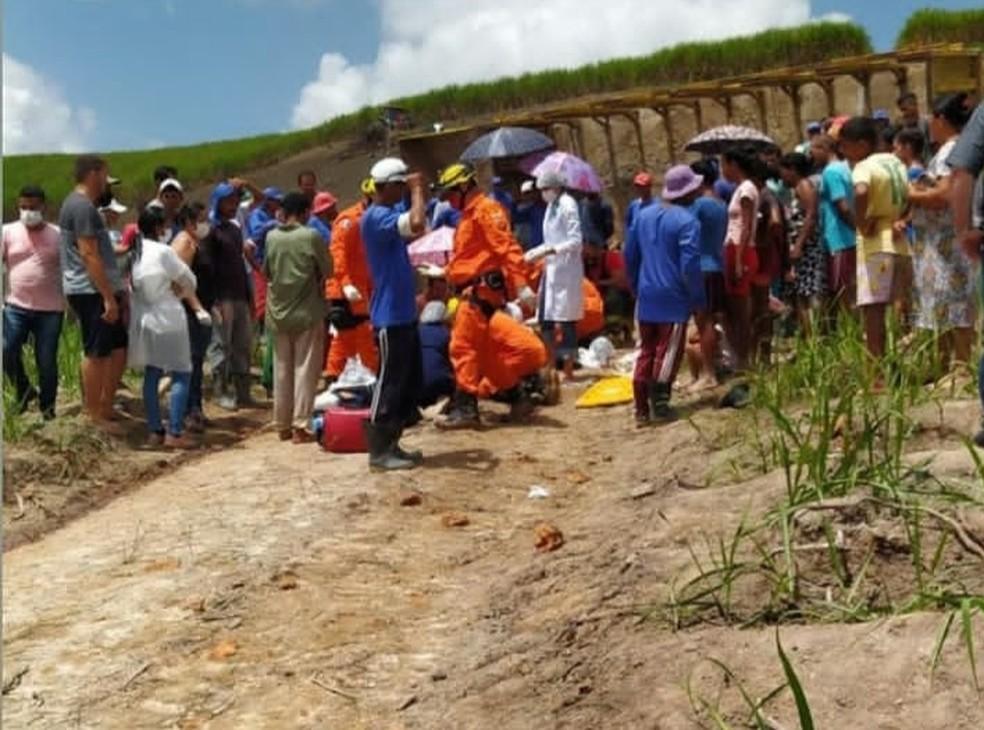 Trabalhadores de usina vítimas de acidente são socorridos pelos bombeiros em Jacuípe, AL — Foto: Divulgação/Corpo de Bombeiros de Alagoas