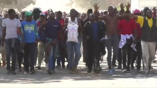 Policiais entram em confronto com manifestantes, no Zimbábue