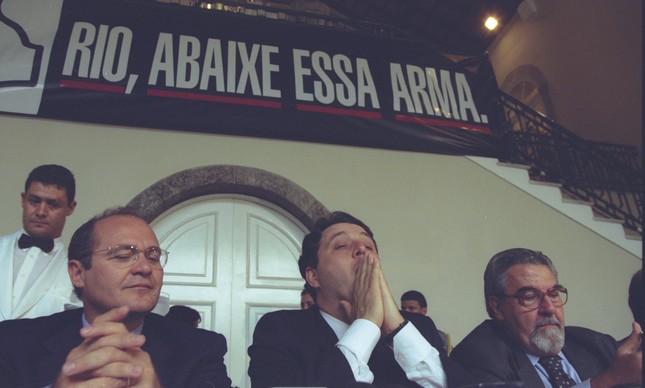 O ministro da Justiça Renan Calheiros, o governador do Rio Anthony Garotinho e o prefeito, Luiz Paulo Conde assinam as leis que proíbem a venda de armas em 1999