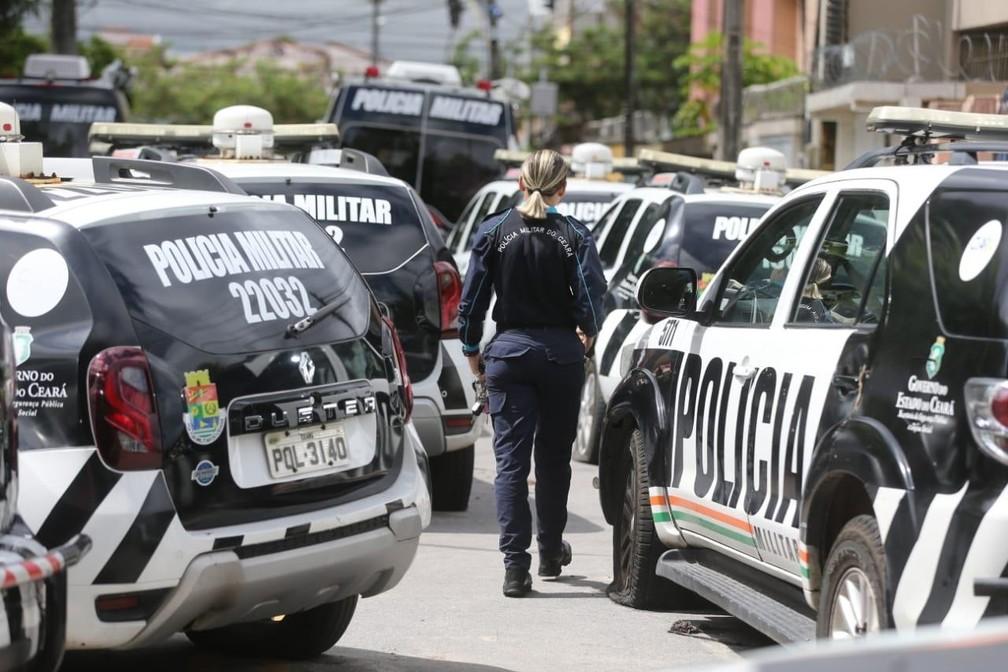 Carros da polícia parados durante motim — Foto: Fabiane de Paula/SVM