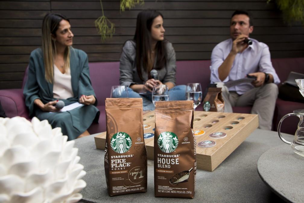 A head de marketing Erika Junqueira (E) e o barista Daniel Carvalho (D) batem um papo com a jornalista Mari Palma no lançamento da linha de produtos — Foto: Gabi Di Bella