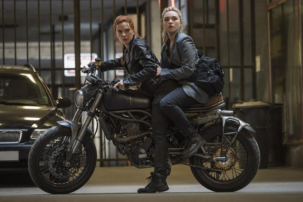 Scarlett Johansson e Florence Pugh em cena de 'Viúva Negra' — Foto: Divulgação