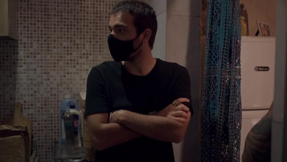 Sandro e Farula vão atrás de pistas sobre a morte de Lurdes — Foto: Globo