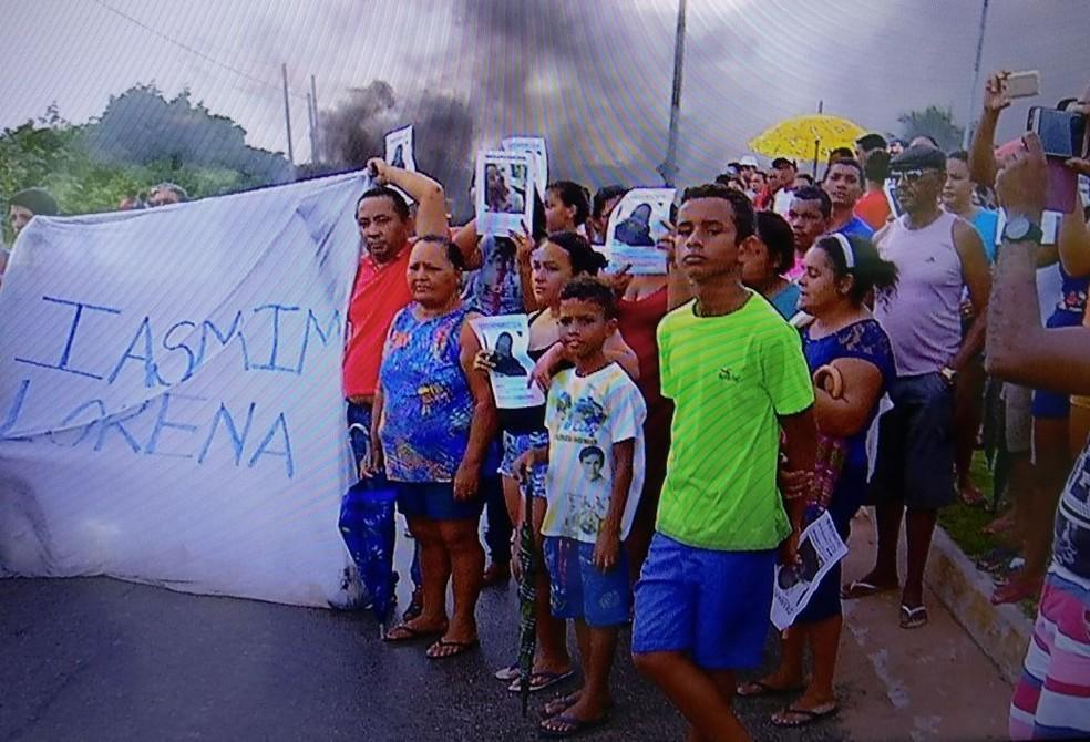Familiares da menina Yasmin Lorena, desaparecida em Natal, cobraram agilidade da polícia em protesto em Natal (Foto: Clayton Carvalho/Inter TV Cabugi)
