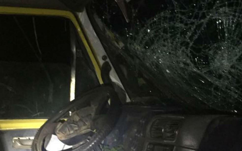 Motorista e passageiro do caminhão tiveram ferimentos leves (Foto: Divulgação/Polícia Rodoviária Federal)