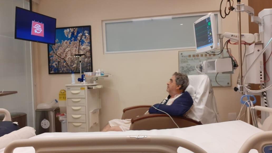 Deputado Federal Célio Moura tem melhora e assiste TV no hospital após cirurgias