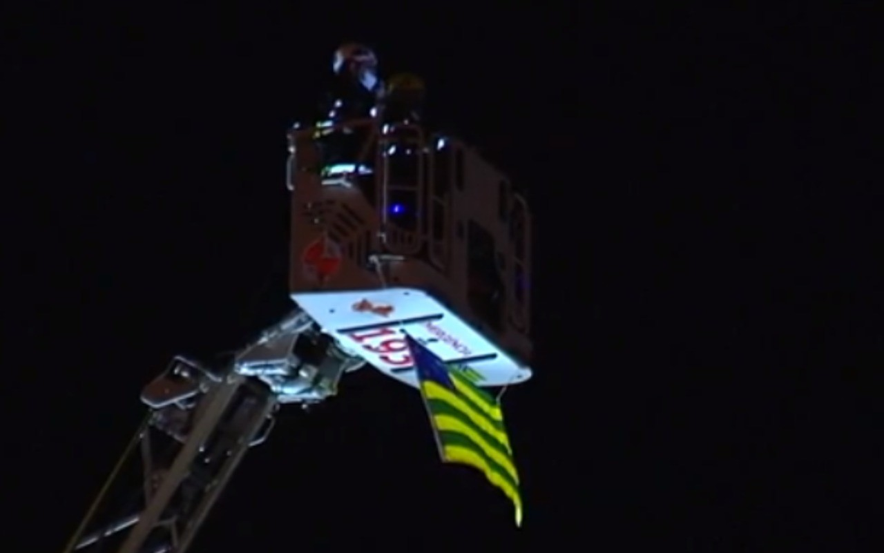 Banda do Corpo de Bombeiros faz apresentação a 42 metros de altura para moradores de Goiânia