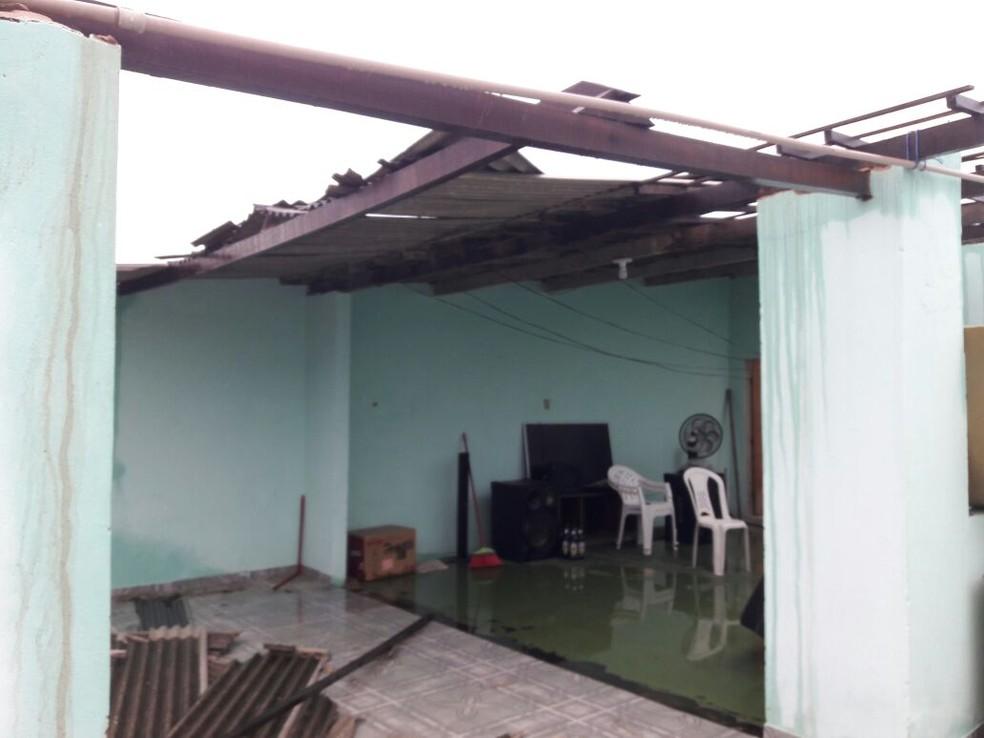 Telhado da casa ficou danificado após a queda do raio (Foto: Thamires Ribeiro/G1)