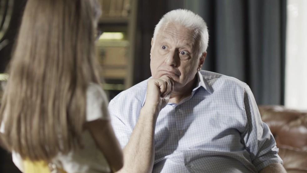 Alberto (Antonio Fagundes) responde à neta em 'Bom Sucesso' — Foto: TV Globo
