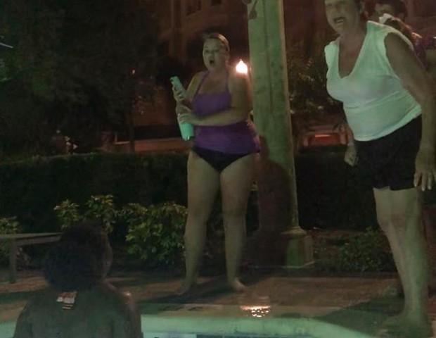 A mulher gritando com a médica na piscina (Foto: Reprodução/ Facebook)