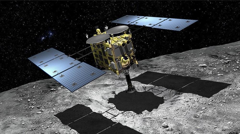 Representação da sonda Hayabusa 2 no asteroide Ryugu (Foto: Akihiro Ikeshita (C), JAXA)