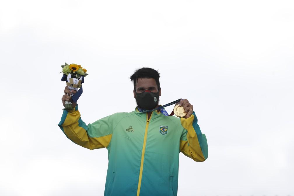 Italo Ferreira com a primeira medalha de ouro do surfe, nas Olimpíadas de Tóquio — Foto: André Durão