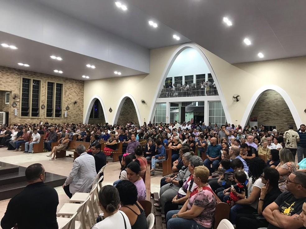 Missa de sétimo dia do massacre na Raul Brasil na Igreja de São Sebastião, em Suzano — Foto: Natan Lira/G1