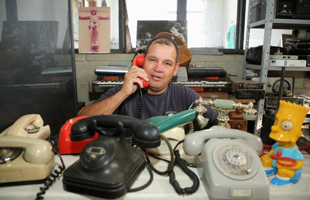 Dirceu montou museu com peças encontradas no lixo  — Foto: Giuliano Gomes/PR Press