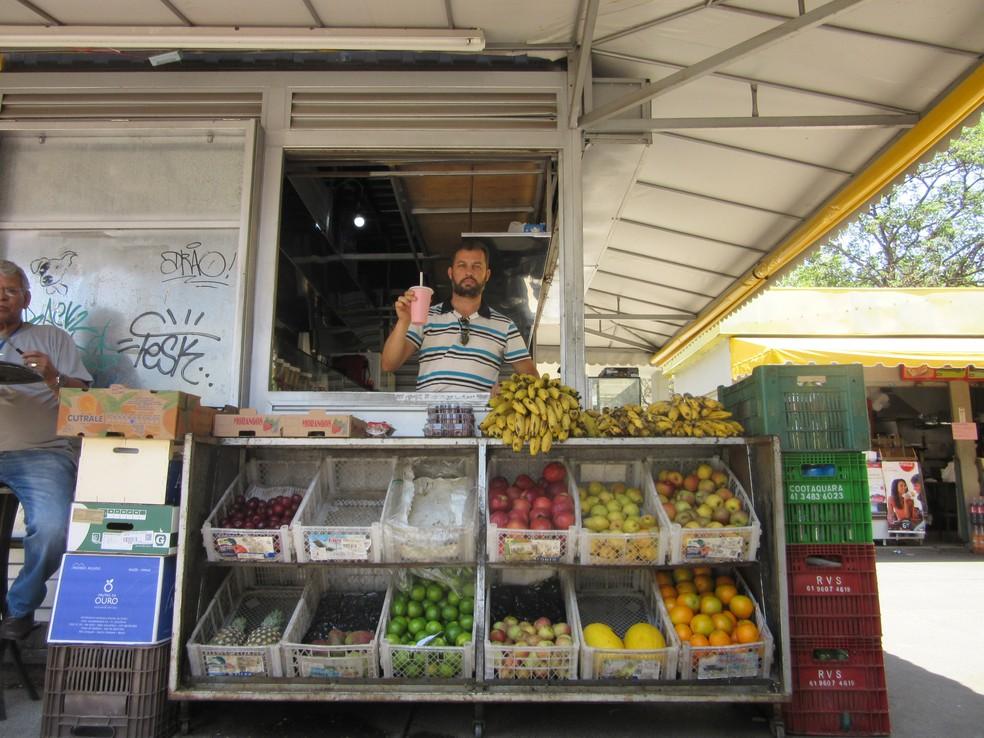 Adriano Alves Pereira, que tem quiosque de lances no Setor Bancário Sul, no Distrito Federal (Foto: Raquel Morais/G1)