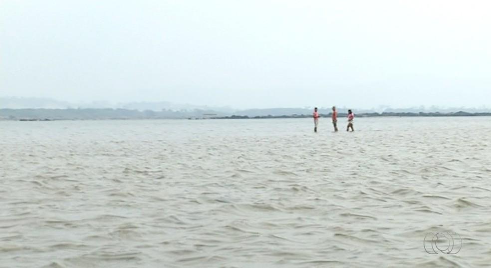 Em alguns pontos a altura da água chega a 20 centímetros; moradores conseguem caminhar tranquilamente (Foto: Reprodução/TV Anhanguera)