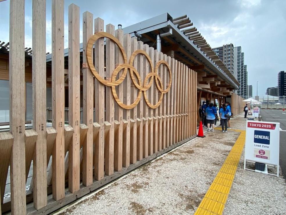 Porta da Vila Olímpica de Tóquio — Foto: Carol Barcellos