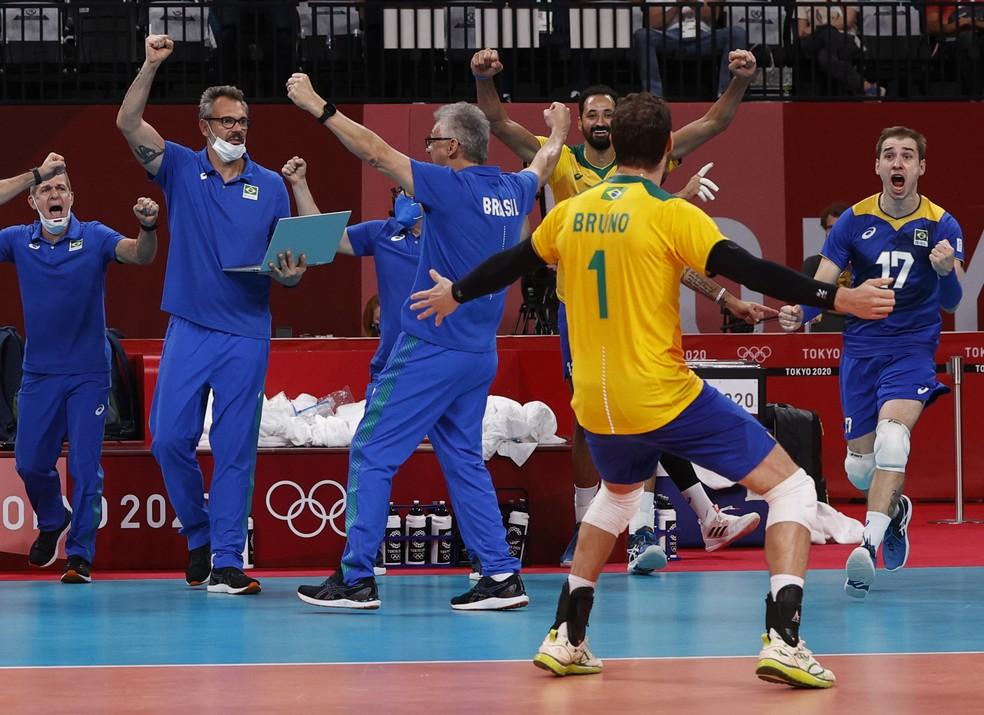 """Seleção brasileira de vôlei comemora ao final da """"maratona"""" contra a França — Foto: Reuters"""