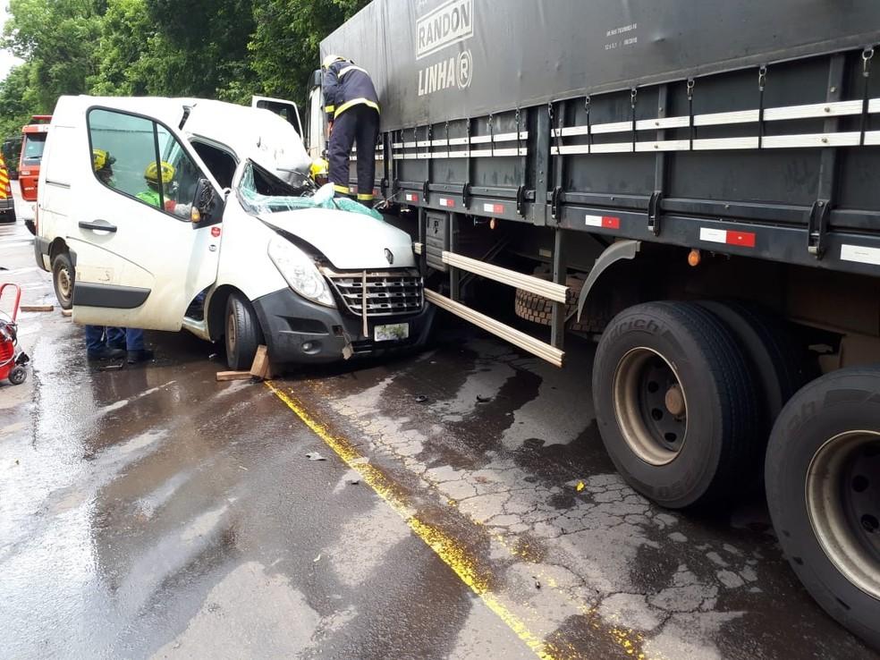 Batida entre carro e caminhão em Iraceminha na tarde desta quinta-feira (29) — Foto: PRF/Divulgação