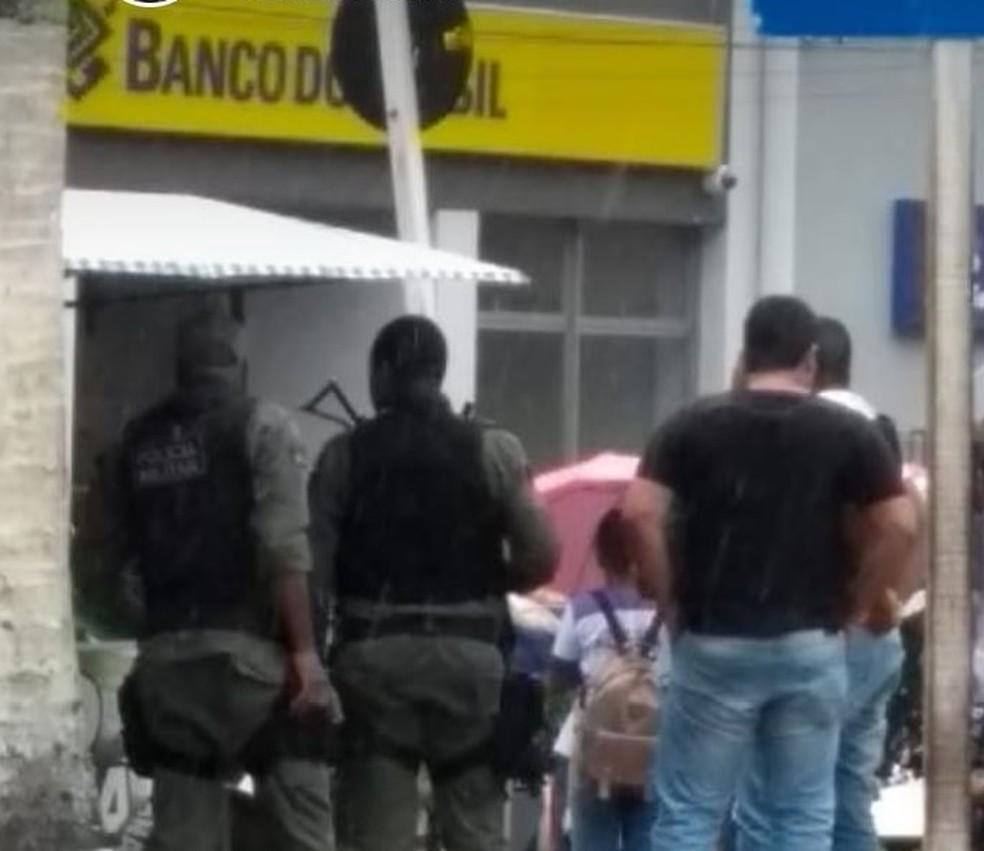 Policiais foram até a agência do Banco do Brasil, em Aliança, na Zona da Mata Norte de Pernambuco  — Foto: Reprodução/WhatsApp