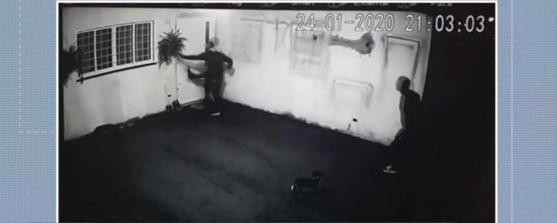 Ladrão tenta invadir casa com chutes, mas machuca a perna e desiste de furto em MS; VÍDEO