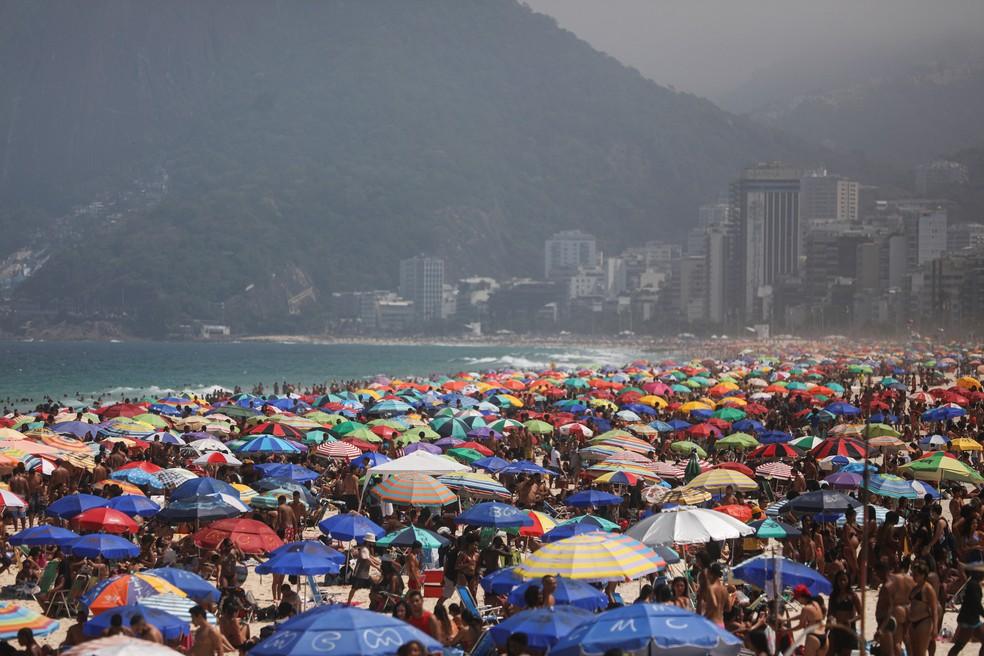 Praia de Ipanema, na Zona Sul do Rio, fica tomada por banhistas neste domingo (13) — Foto: Pilar Olivares/Reuters