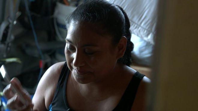 """""""O pior já passou"""", diz Rosa, uma hondurenha que tem 45 anos e seis filhos e trabalha montando pisos nos Estados Unidos (Foto: Paul Harris/BBC)"""