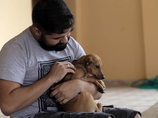 A cadela Vitória ganhou um novo lar, em Belém, após conquistar o bacharel em direito Olavo Martins e sua família. (Foto: Sidney Oliveira/Agência Pará)