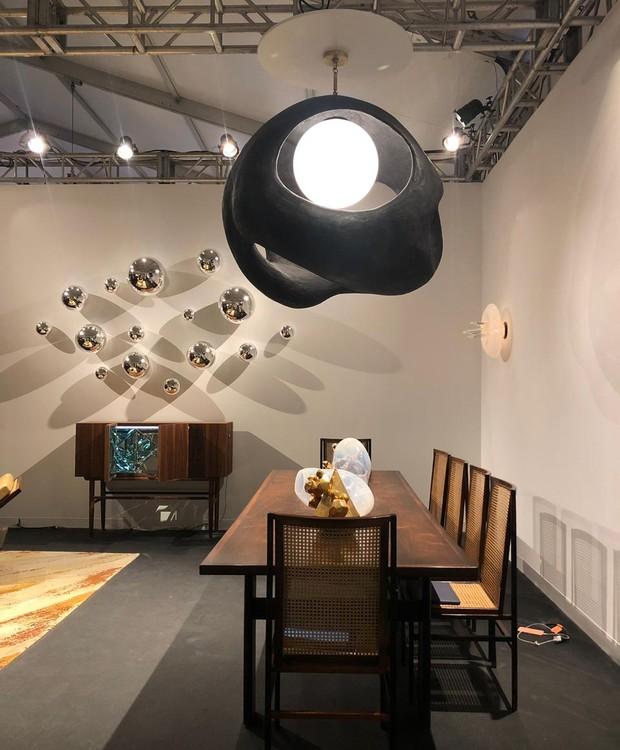 As cadeiras e a mesa de Joaquim Tenreiro dividem as atenções com o pendente de Wendell Castle (Foto: Thais Lauton/Editora Globo)