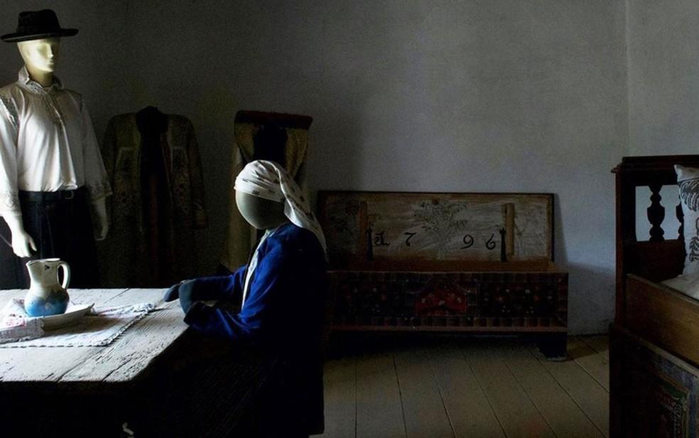 A prisão tinha uma mesa, um baú e uma cama de solteiro (Foto: Stephen McGrath/BBC )
