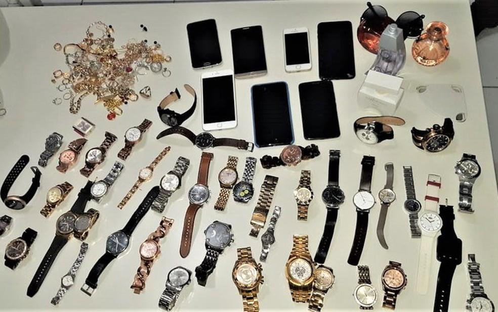 Com o trio, a polícia apreendeu relógios, joias, celulares e quantias em dinheiro — Foto: Divulgação/PRF