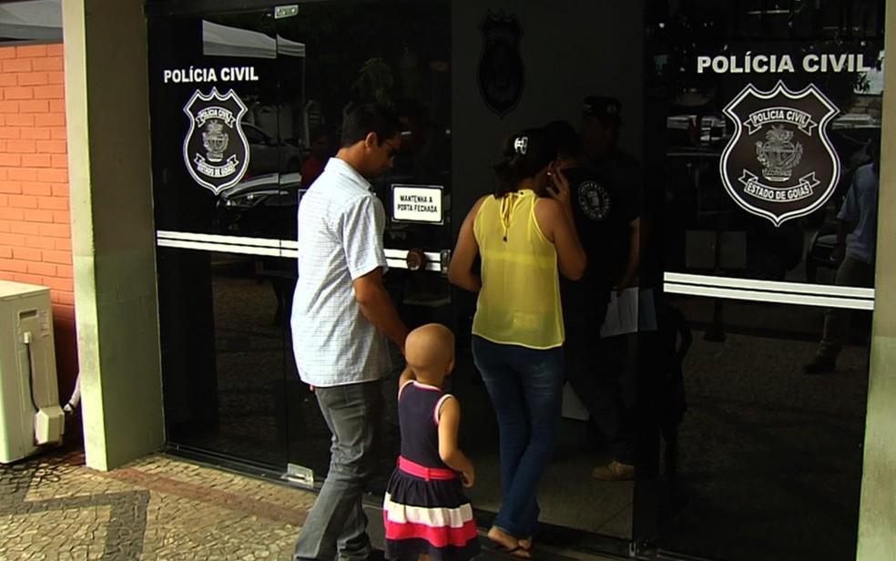 Carro usado para levar garota de 4 anos a quimioterapia é furtado e deixa pais desesperados (Foto: TV Anhanguera/Reprodução)