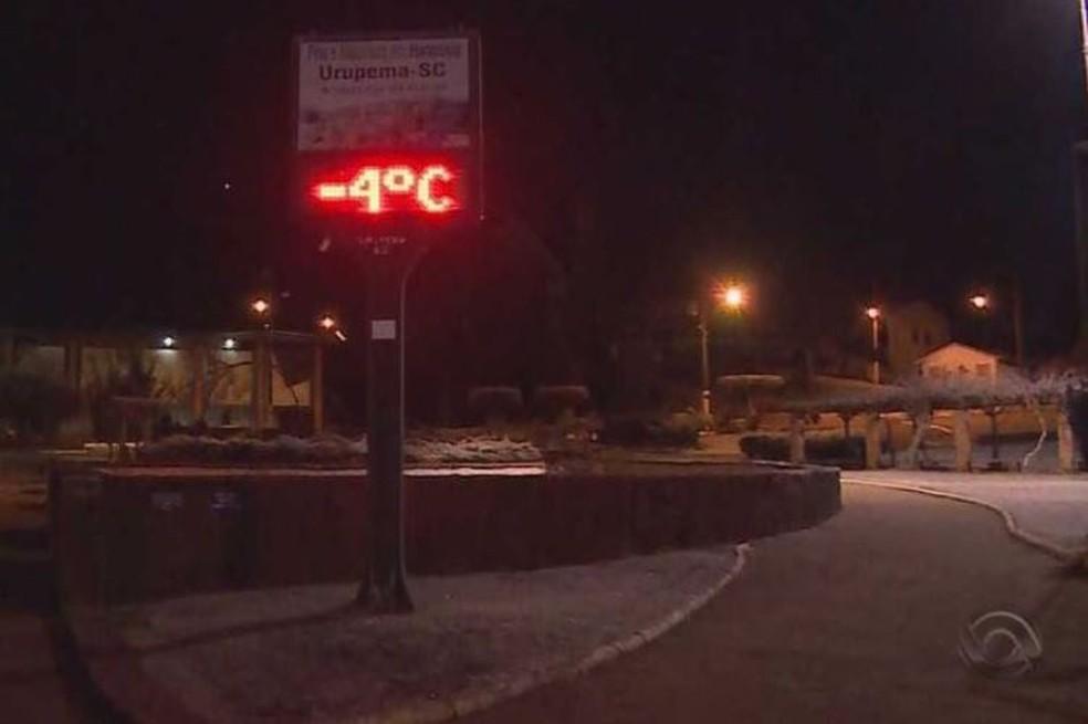 Termômetro marcou -4ºC em Urupema, mas temperatura chegou a -7,5ºC (Foto: Reprodução/RBS TV)