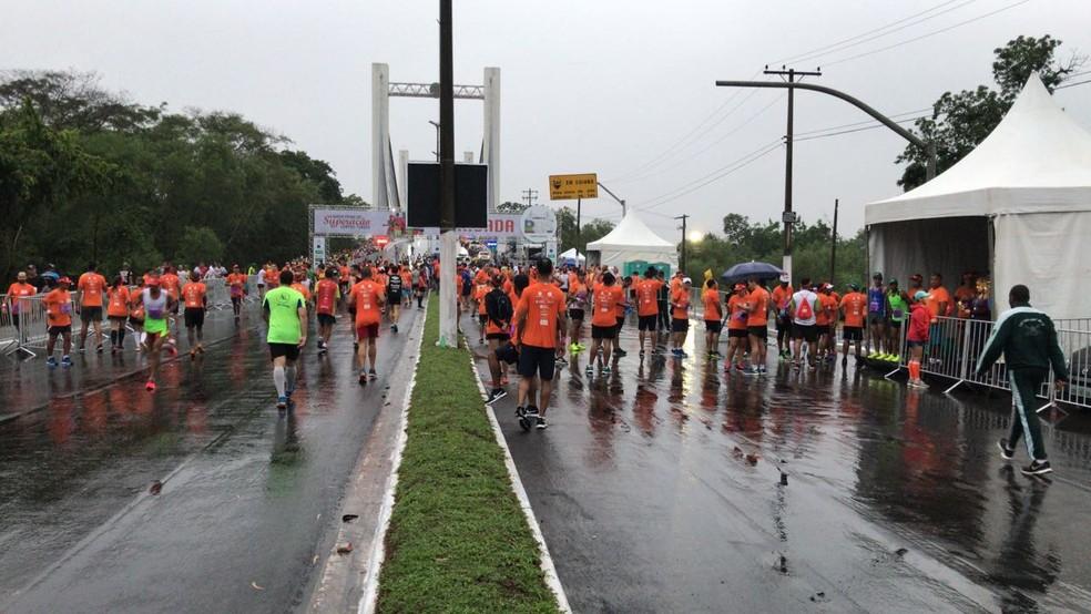 Atletas se aquecem debaixo de chuva (Foto: Flávio Coelho)
