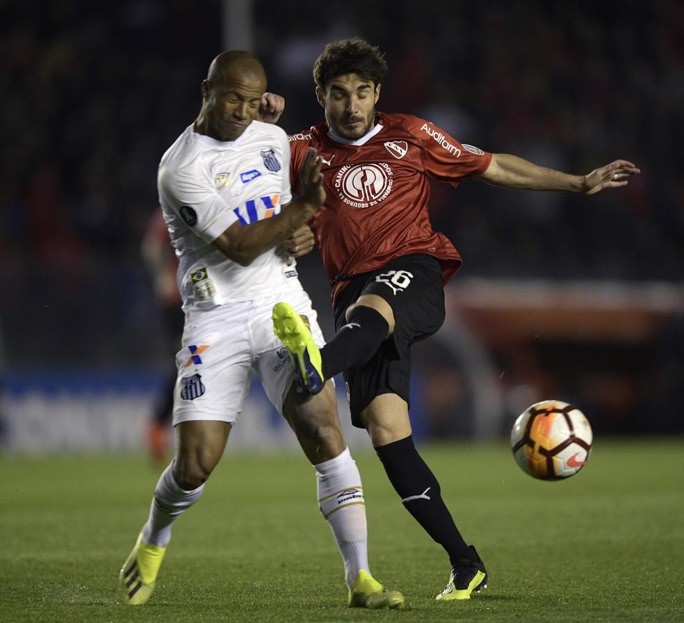 Carlos Sánchez em ação diante do Independiente (Foto: Juan Mabromata/AFP)