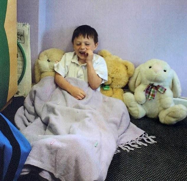 Mason pronto para tirar um cochilo na escola quando era mais novo (Foto: Reprodução)