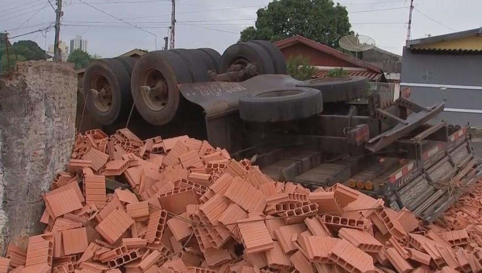 Motorista contou que para não provocar um acidente mais grave jogou o veículo contra o muro da marginal em Marília (Foto: Robson do Carmo/ TV TEM )