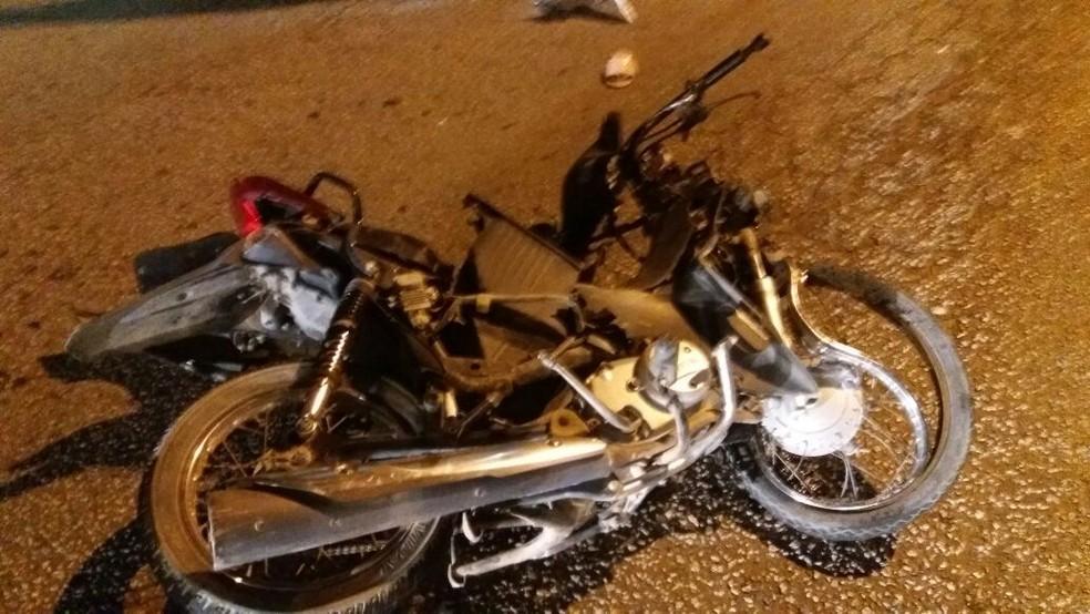 Parte da moto ficou destruída após o acidente na BR-232, em Caruaru (Foto: PRF/Divulgação)