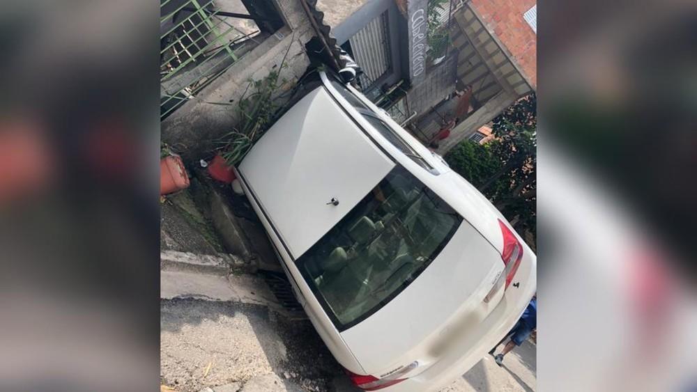 Carro fica enroscado de lado em muro de casa após acidente em Jundiaí