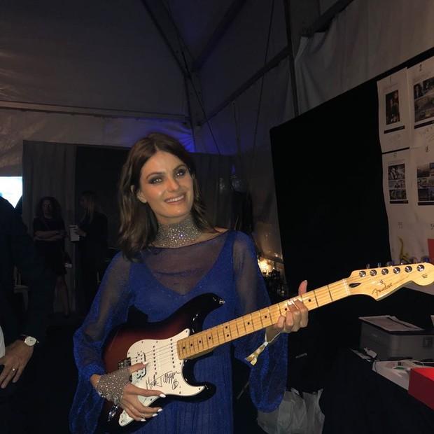 Isabeli Fontana leiloa guitarra de Mick Jagger em Mônaco (Foto: Divulgação)