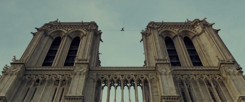 Joseph Gordon-Levitt atravessa a catedral de Notre-Dame em cena de 'A travessia' — Foto: Reprodução