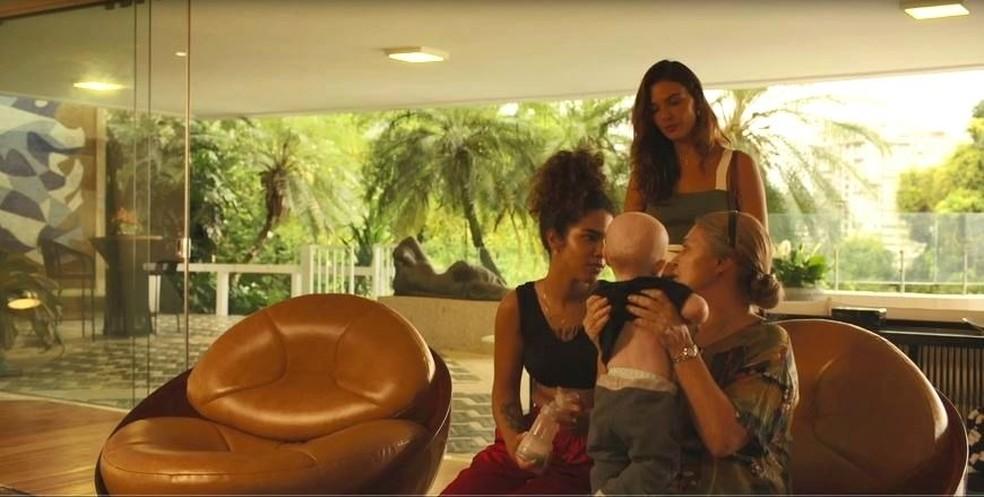 Betina (Isis Valverde) e Nicete (Magali Biff) conhecem Júnior em 'Amor de Mãe' — Foto: Globo