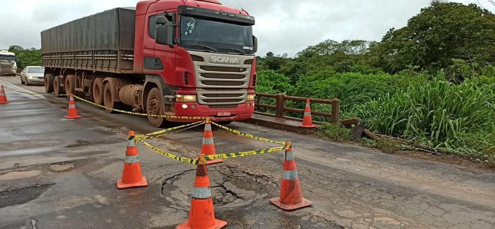 PRF diz que já acionou Dnit para fazer reparo e que rodovia não foi totalmente fechada — Foto: William Andrade/Rede Amazônica