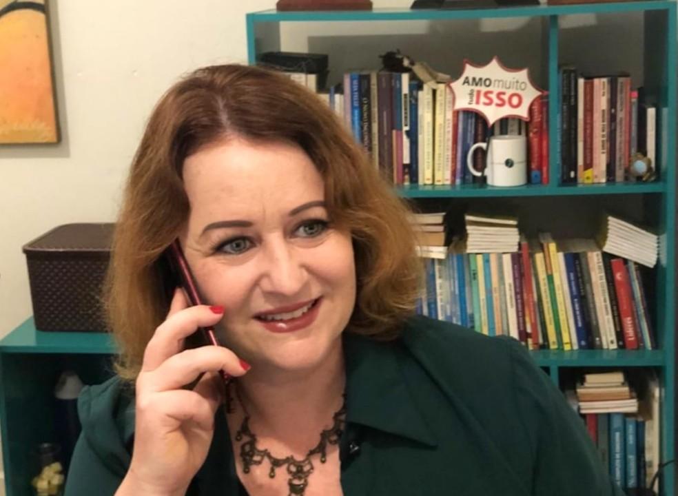 Juliana Germann, idealizadora do projeto 'Escutatória de idosos', ao telefone — Foto: Juliana Germann/Arquivo pessoal